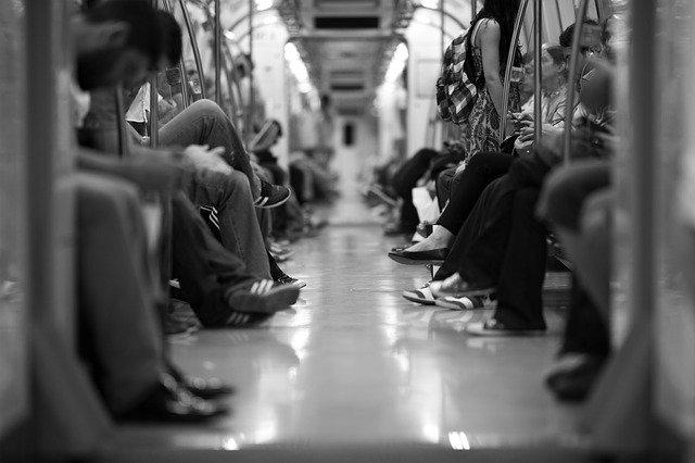 Menschen im Zug als Beispiel für Social Media Marketing.